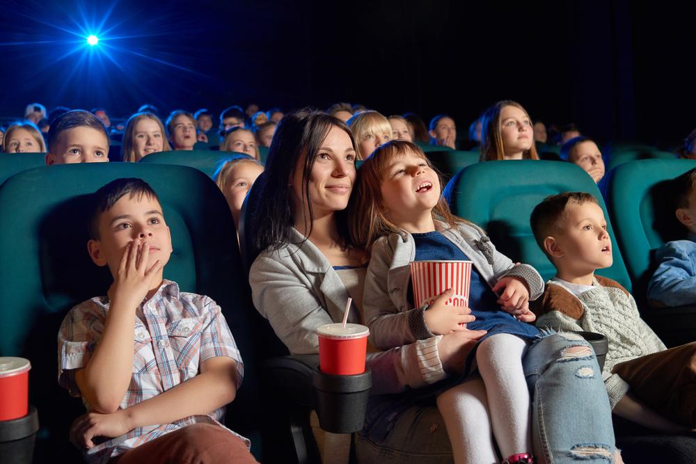 映画鑑賞を楽しむ親子の写真
